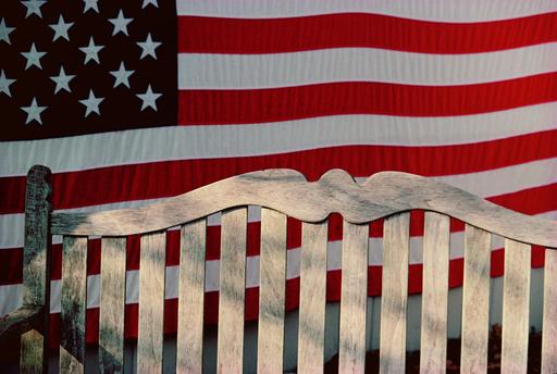 Michael K. YAMAOKA - Fotografia - Flag and Bench, Connecticut
