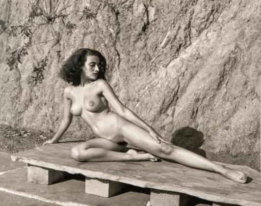 André DE DIENES - 照片 - Nude on Stone Bench