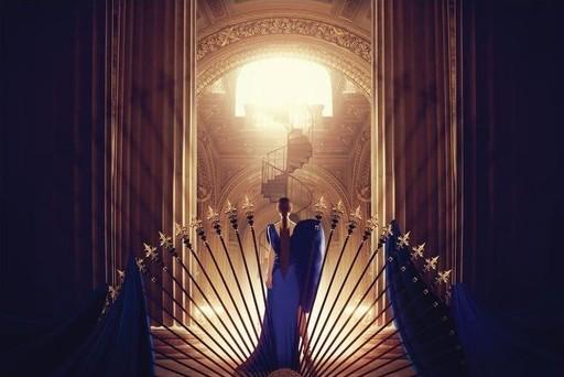 Ludovic BARON - Photo - La femme en bleu face à l'escalier du bonheur