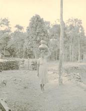 Martín CHAMBI - Fotografia - Cuzco(woman with vase on head)