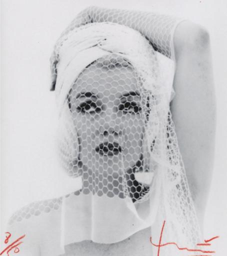 Bert STERN - Fotografia - Marilyn looking up in the wedding veil