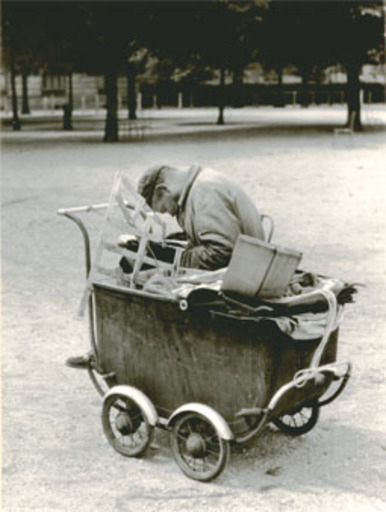 Jacques RITZ - Photo - (man with old child trolley)