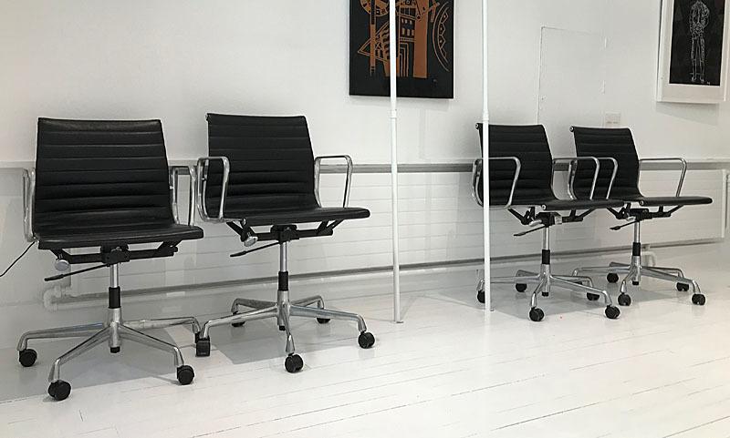Charles & Ray EAMES Suite de 4 fauteuils de bureau modèle Alu ...