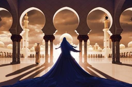 Ludovic BARON - Photo - La femme en bleu face à la mosquée blanche