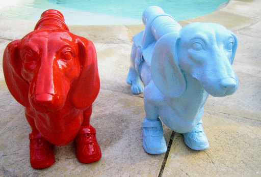 "William SWEETLOVE - Escultura - ""Cloned dashshund with pet bottle""  BLEU CIEL OU ROUGE"