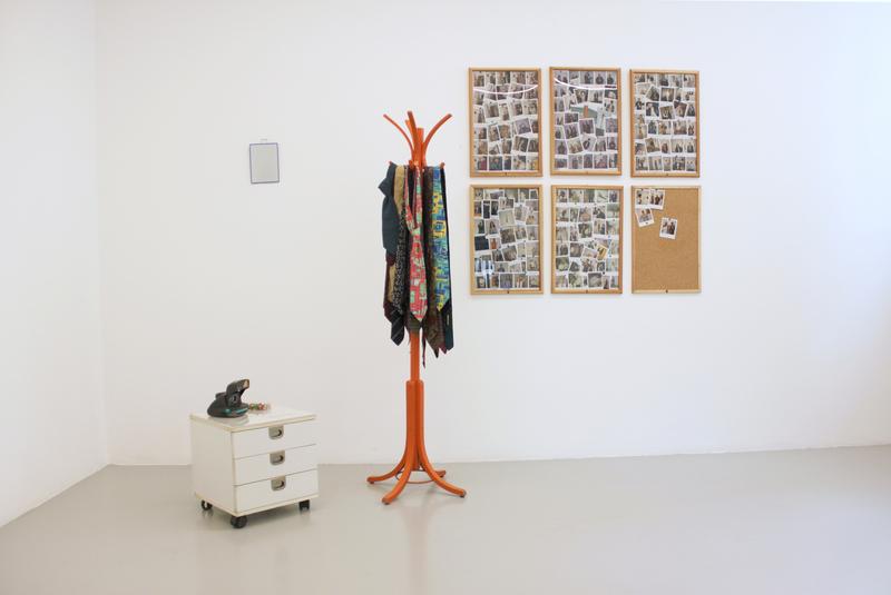 Allan KAPROW - Skulptur Volumen - Tie Rack
