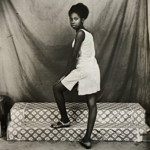 Malick SIDIBÉ - Fotografie - De profil avec ma robe courte, 1968