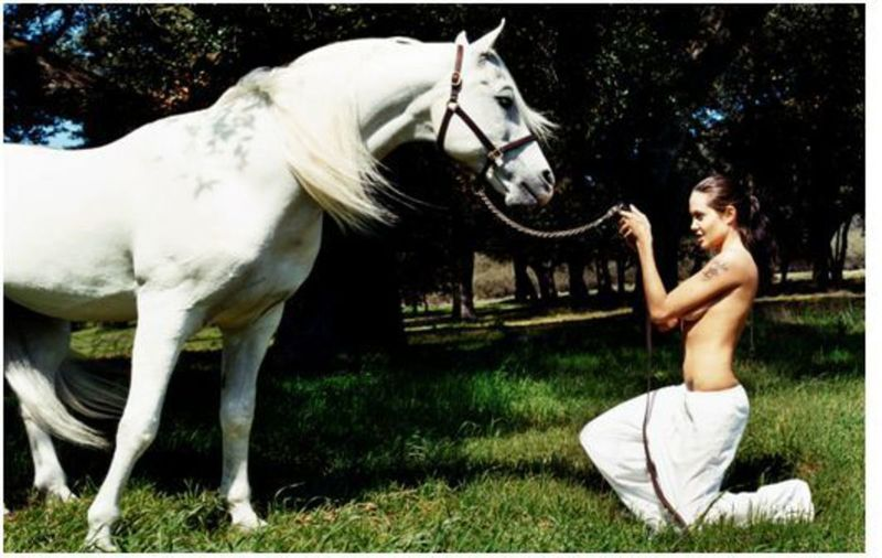 David LACHAPELLE - Fotografia - Angelina Jolie with horse in meadow