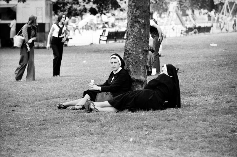 Robbert Frank HAGENS - Photography - Resting nuns - Hyde Park1977, London