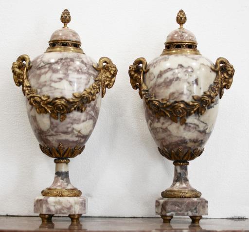 Coppia di poutiche in marmo e bronzo dorato