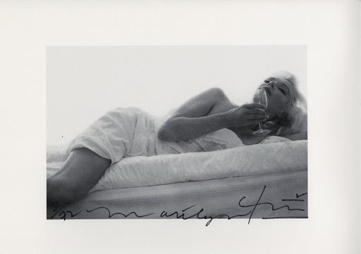 Bert STERN - Fotografia - Marylin drinking wine on the bed