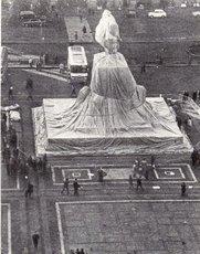 CHRISTO - Photography - Wrapped Monument Vittorio Enmanuele, Milan