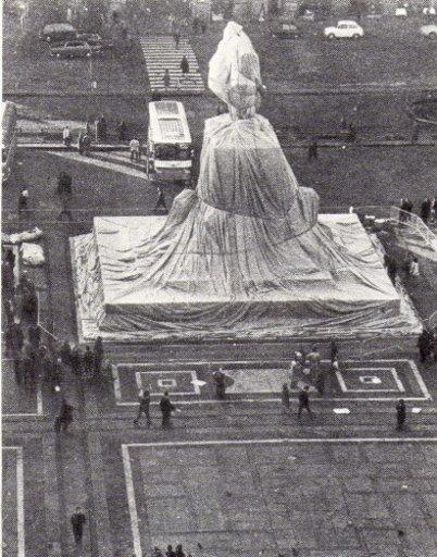 CHRISTO - Fotografia - Wrapped Monument Vittorio Enmanuele, Milan