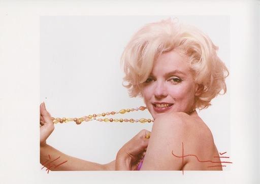 Bert STERN - Fotografia - Marilyn stretching beads