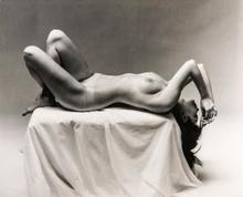 André DE DIENES - Fotografia - Nude Laying on Pedestal