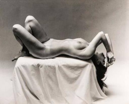 André DE DIENES - 照片 - Nude Laying on Pedestal
