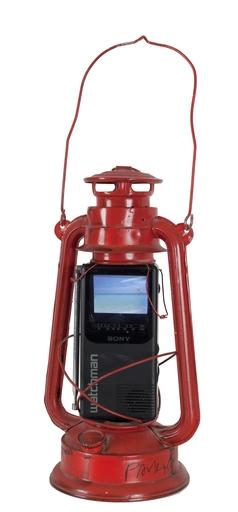 백남준 - 雕塑 - Watchman (red oil lamp and mini TV)