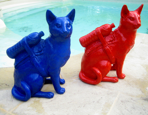 "William SWEETLOVE - Escultura -  ""Cloned cat with pet bottle"" BLUE OR RED"