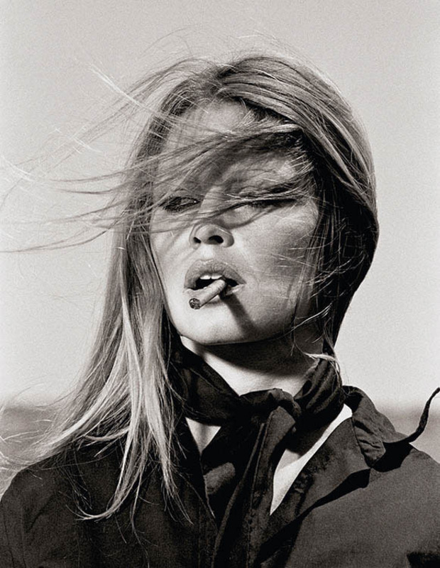 Terry O'NEILL - Fotografie - Brigitte Bardot with cigar on the set Les Petroleuses