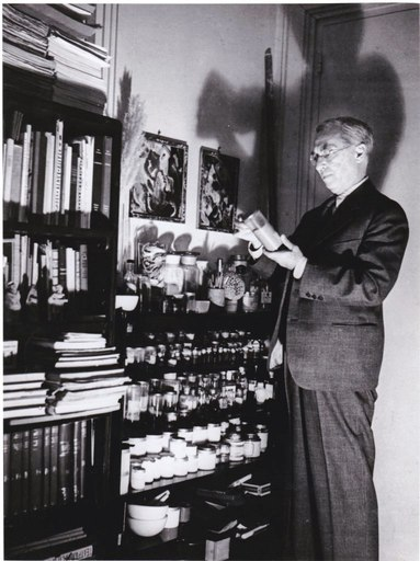 Boris LIPNITZKI - Photo - Kandinsky replaçant un pot de pigment sur une étagère Studio