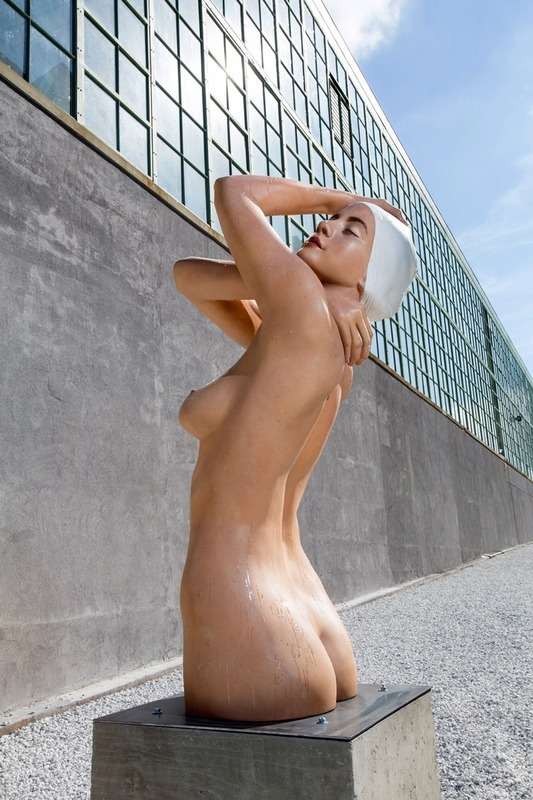 Carole FEUERMAN - Sculpture-Volume - Monumental Shower (Hyperrealistically painted)