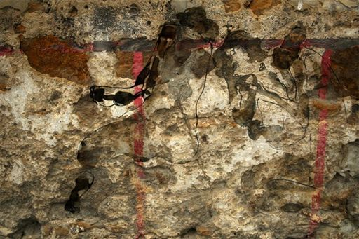 Aurélie LAFOURCADE - Peinture - Nu sur mur de pierre