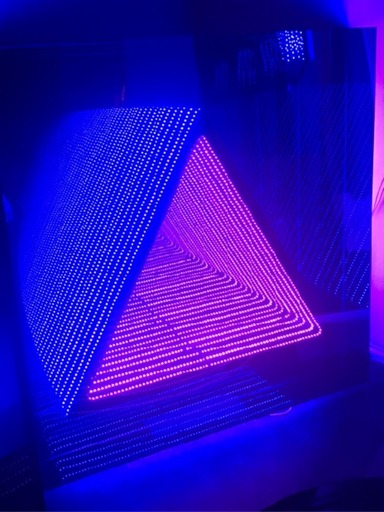 Emmanuelle RYBOJAD - Scultura Volume - LED coffrage carré ST triangle : bleu / rose