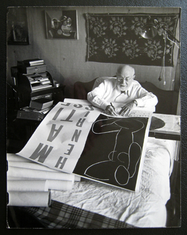 Robert CAPA - Fotografia - Matisse on his bed signing a poster