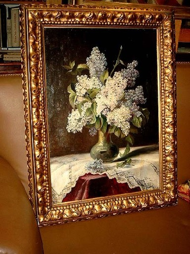 H.O. SCHIELE - Painting - Weißer und blauer Flieder in grüner Vase auf Spitzendecke.