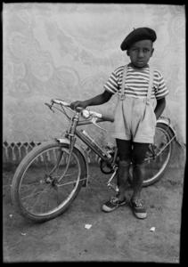 Seydou KEITA - Photography - Petit garçon bicyclette - young boy with bicycle