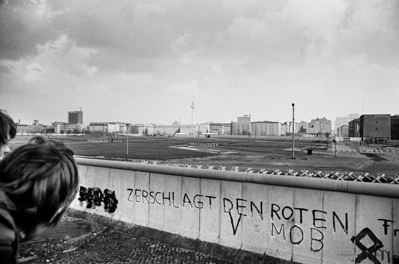 Robbert Frank HAGENS - Photography - Look Behind the Wall - Potsdamer Platz, Berlin 1976