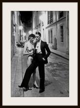 "Helmut NEWTON - Fotografia - ""Rue Aubriot, Parisian Street 1975 with Nude Model"""