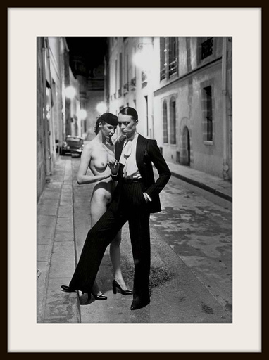 "Helmut NEWTON - Fotografie - ""Rue Aubriot, Parisian Street 1975 with Nude Model"""