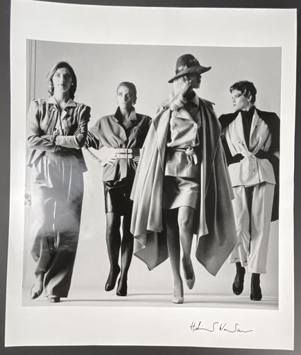 Helmut NEWTON - Fotografie - Sie Kommen, Paris 1981 (Dressed)