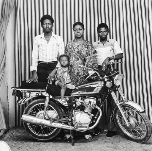 Malick SIDIBÉ - Fotografie - Toute la famille en moto