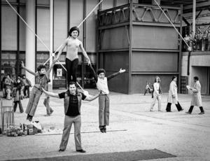 Robbert Frank HAGENS - Photography - Balance - Place Georges Pompidou, Paris 1975
