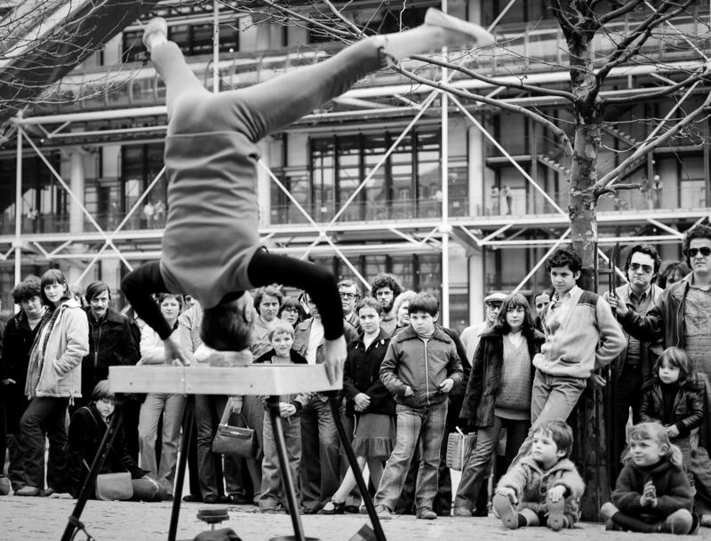 Robbert Frank HAGENS - Photography - Upside Down - Place Georges Pompidou, Paris 1975