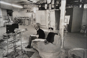 Nat FINKELSTEIN - Photography - Andy Warhol´s Factory - Warhol Sitting in the Facto