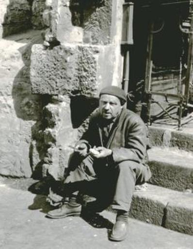 Jacques RITZ - Photo - (Man on stairs eating, Paris)