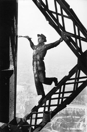 Marc RIBOUD - Photo - Paris 1953, painter of the Eiffel Tower