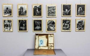 Geoffrey HENDRICKS - Fotografie - Scatola di 36 foto più oggetti