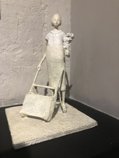 Lucette BRANDY - Escultura - Petite femme au bouquet
