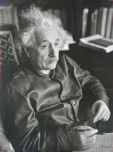 Lotte JACOBI - Fotografia - Albert Einstein writing a letter