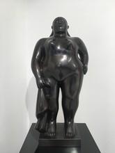 Fernando BOTERO - Scultura Volume - Donna in piedi con panno